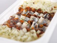 Płat śledziowy marynowany lub solony z suszonymi pomidorami – Dostępny w opakowaniach 1 kg oraz 2 kg.